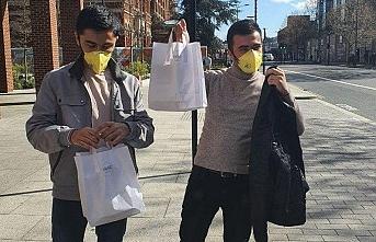 Londra'daki Özbek Büyükelçiliği zor durumda olan vatandaşlara pilav veriyor