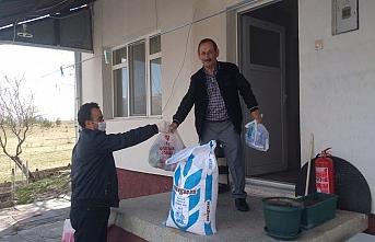 Sivas'ta din görevlileri, sokağa çıkmayan yaşlıların ihtiyaçlarını giderdi
