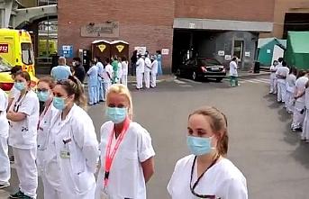 Brüksel'de sağlık personeli, Başbakan Wilmes'i sırtlarını dönerek protesto etti