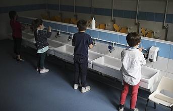 Fransa'da açılan okullar sonrası ilk vaka sayısı 70