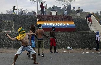 Kendini başkan ilan eden Guaido şimdi kaçacağı ülkeye valizlerini yolluyor