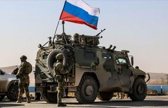Rus ordusu Suriye'de ABD askerlerinin yolunu kesti
