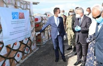 Türkiye'nin tıbbi yardım uçağı Somalili bakanlar tarafından karşılandı
