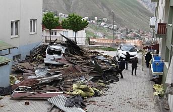Van ve Hakkari'de şiddetli rüzgar çatıları uçurdu