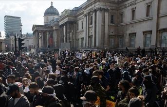 Londra'da aşırı sağ ve ırkçılık karşıtı göstericiler arasında çatışma çıktı