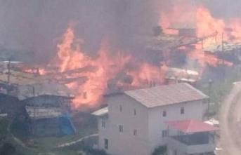 Artvin'de yangın: Ahşap köy evleri yanıyor!