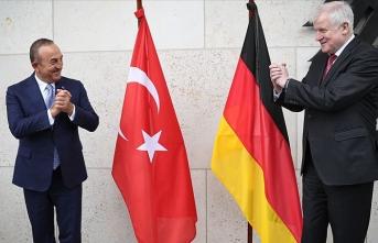 Çavuşoğlu Almanya İçişleri Bakanı Seehofer ile görüştü