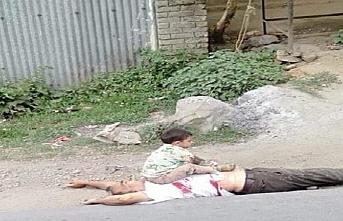 Keşmir'de öldürülen dedesinin üzerinde ağlayan bir çocuk