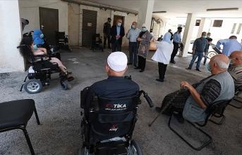 TİKA özel ihtiyaç sahibi Filistinlilere akülü tekerlekli sandalye dağıtımı yaptı