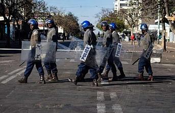 Zimbabve'de Kovid-19 yasaklarını ihlal eden 100 bin kişi gözaltına alındı