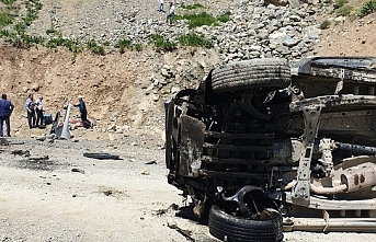 Hakkari'nin Yüksekova ilçesinde bir araç uçuruma devrildi..Ölü ve yaralılar var