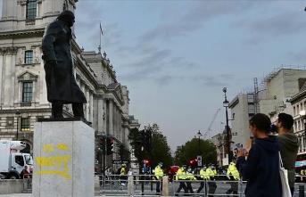 Çevreci grup, Churchill'in heykelinin kaidesine 'bir ırkçı' ifadesi yazdı