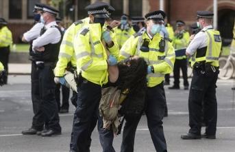 Londra'da onlarca çevreci protestocu gözaltına alındı