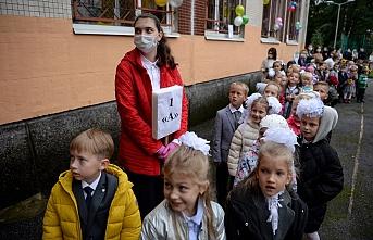 Maskesiz okul açan Rusya'da vaka sayısı rekora koşuyor