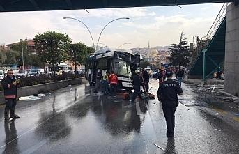 Ankara'da feci kaza ..otobüs üst geçit asansörüne çarptı.. yaralılar var