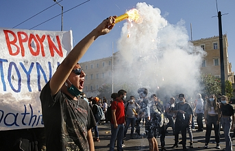 Atina'nın kamu çalışanları sokaklara döküldü