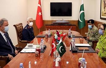 Bakan Akar Pakistan Savunma Bakanı ile görüştü