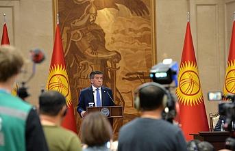 Ceenbekov, milletvekilleri tarafından ayakta ve alkışlarla uğurlandı