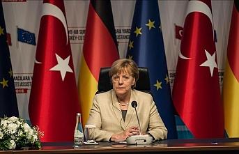 Merkel: AB ile Türkiye, vize serbestisi konusunu görüşecek