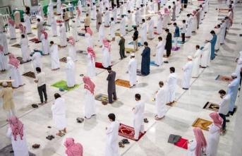 Müslümanlar yeniden umre ziyaretlerine açılan Kabe'ye yoğun ilgi gösterdi