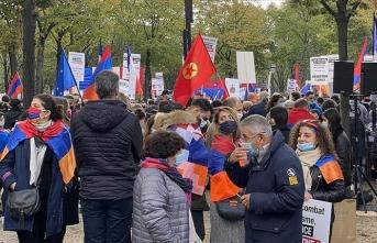Paris'te PKK yandaşları Ermenistan'a destek yürüyüşü yaptı