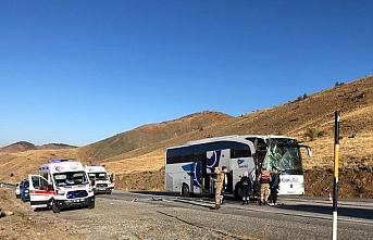 Sivas'ta yolcu otobüsü tırla çarpıştı: 6 yaralı