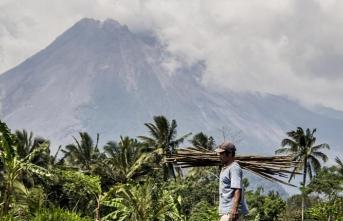 Endonezya'daki yanardağ patlaması sonucu yaklaşık 3 bin kişi evsiz kaldı