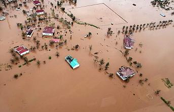 Sel binlerce insanı yerinden etti