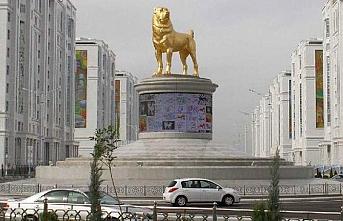 Türkmen lider köpeğinin heykelini dikti