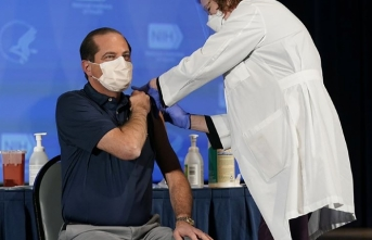 ABD Sağlık Bakanı canlı yayında aşı oldu