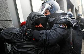 Alman polisi bugün de tazyikli suyla mesai yaptı