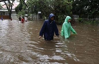 Endonezya alarma geçti, bir yandan yanardağ ve bir yandan sel