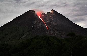 Merapi Yanardağı'nda iki patlama oldu