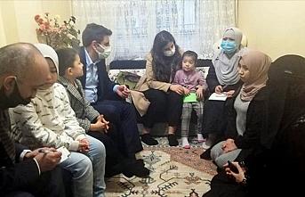 Uygur Türkü küçük Muslime'ye destek