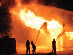 Fabrika yangını 13 saattir söndürülemedi