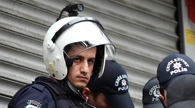 Polisler teknolojik kaskı ilk kez kullandı
