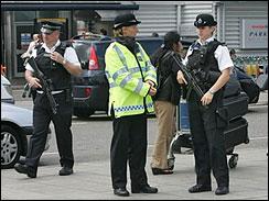 İngiltere'de yüzlerce kişi tutuklandı