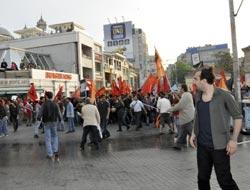 Taksim'de eylemci grup polise saldırdı