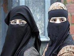 İtalya'da peçeli kadınlara saldırı