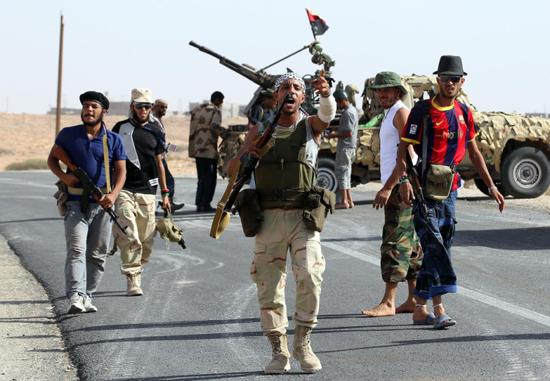 Kaddafi askerlerine ait yüzlerce ceset bulundu
