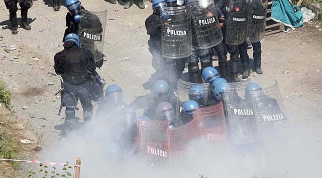 İtalya'da öğrenciler sokağa döküldü
