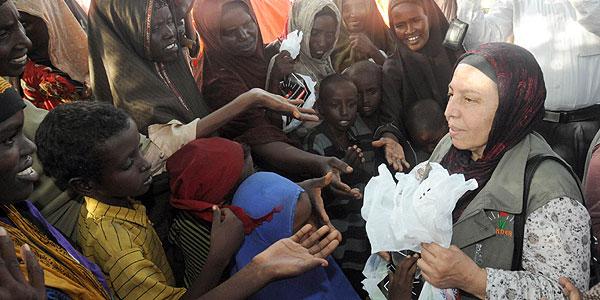 Somalili çocuklar için 60 yaşında yollara düştü