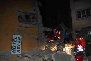 Van'da 25 bina çöktü, 23'ü boştu