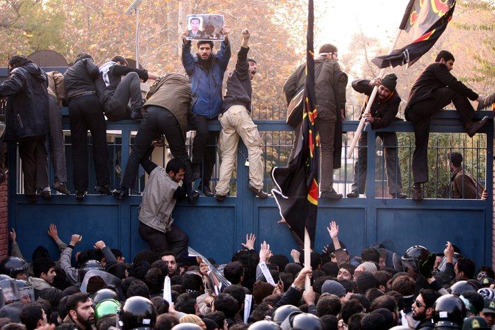 İranlı öğrenciler İngiliz büyükelçiliğini bastı