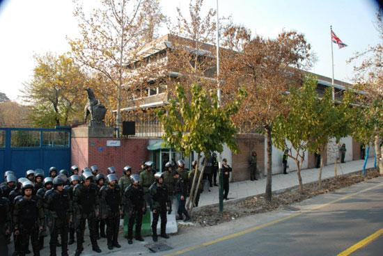 İranlı diplomatların eşyaları çıkarıldı