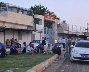 Yaşayan mahkumların aileleri cezaevi önünde kurban kesti