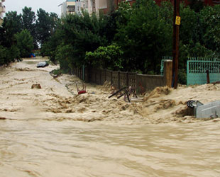 Sinop da sele teslim: 40 kişi kurtarıldı