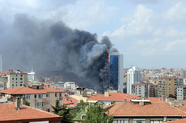 İstanbul'da 42 katlı gökdelen yandı