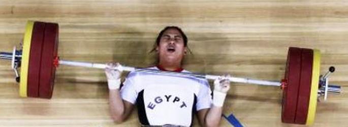 Kadın halterci, halterin altında kaldı