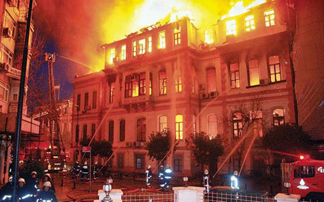 147 yıllık MEB binası yağmalanıyor